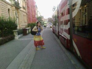 o mireasma de steag romanesc venind aleator dintr-o rochie
